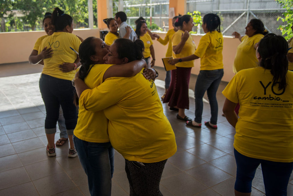 Las madres cuidadoras reciben cursos impartidos Catholic Relief Services.