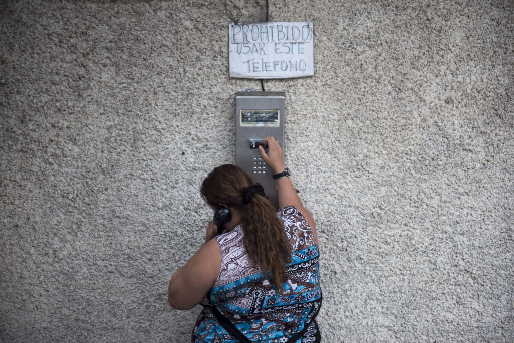 Las compañías telefónicas en Guatemala están obligadas por ley a instalar bloqueadores de señal móvil para evitar las extorsiones.