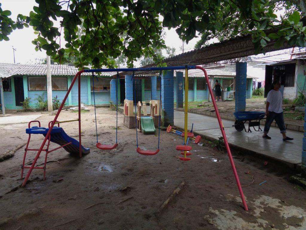 En el pasillo de entrada del área materna hay un pequeño patio de juegos.