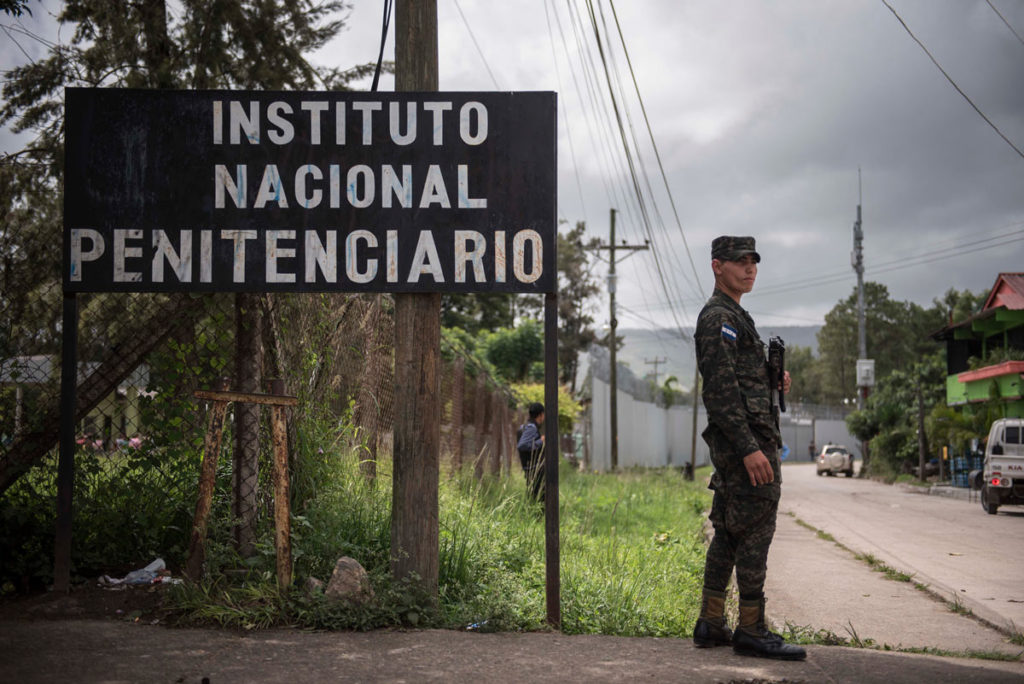 Desde 2014 por una medida del presidente Juan Orlando Hernández todos los exteriores de las prisiones hondureñas son vigilados por militares.